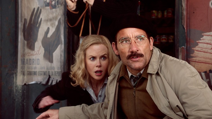 Photo of Nicole Kidman looking scared, in a Parisian-type bar, with Clive Owen also looking scared plus wearing a beret